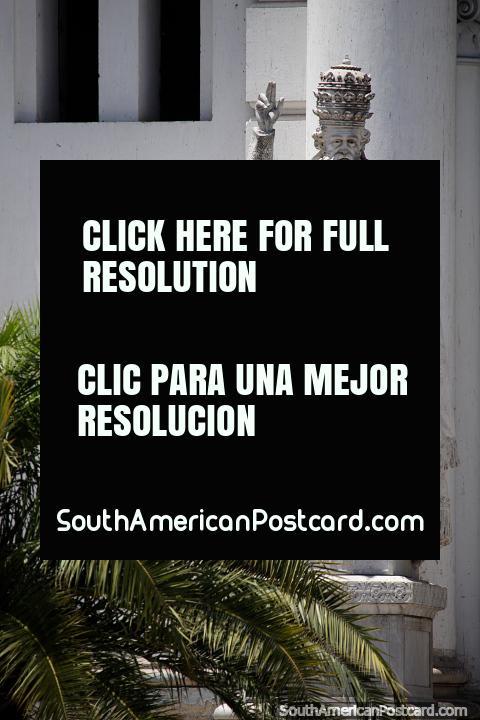 Estatua de Leon Sola (1787-1841), gobernador militar argentino, catedral de Paraná. (480x720px). Argentina, Sudamerica.