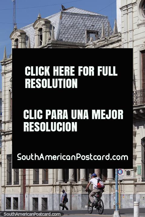 Palacio Episcopal, edificio histórico con columnas y arcos en el centro de Paraná. (480x720px). Argentina, Sudamerica.