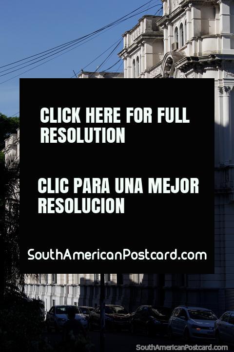 Balcões de pedra cinzas e arcos do palácio do governo em Paraná, visão de lado. (480x720px). Argentina, América do Sul.