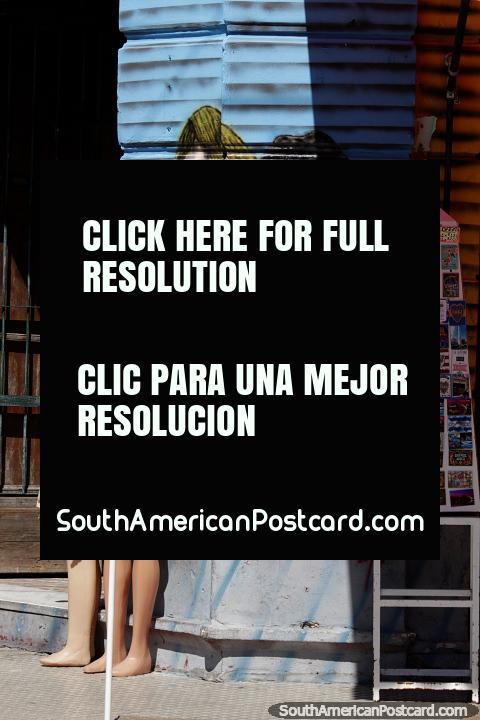 Vê imagens de Diego Maradona todos em volta de La Boca em Buenos Aires, esta arte de rua do lado de fora de uma loja. (480x720px). Argentina, América do Sul.