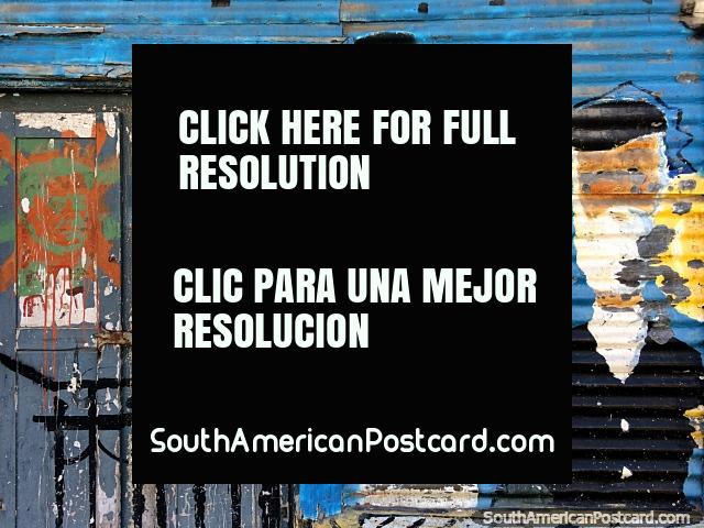 Derrelito mas artïstico, arte de rua em uma velha porta e edifïcio de ferro corrugado em Buenos Aires. (640x480px). Argentina, América do Sul.