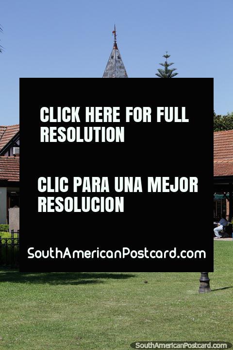 Grassy praça com estátua e torre de relógio distante em Tigre, Buenos Aires. (480x720px). Argentina, América do Sul.