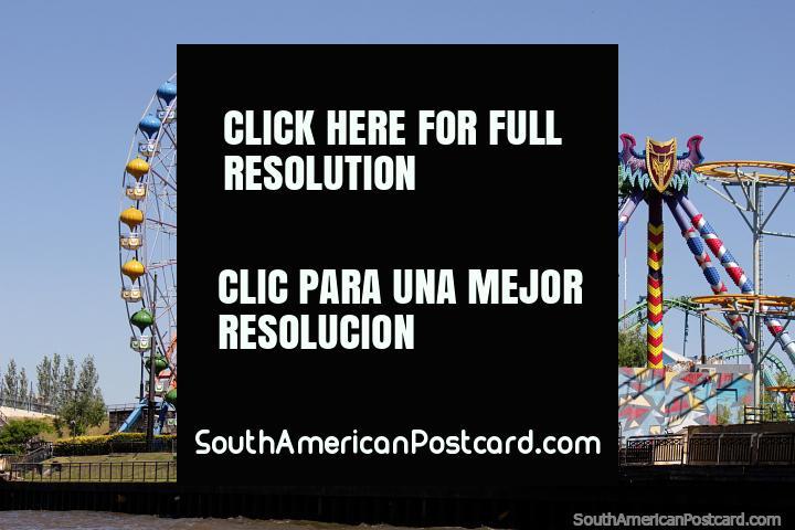 Feira com enorme roda de Ferris nos bancos do rio em Tigre, Buenos Aires. (720x480px). Argentina, América do Sul.