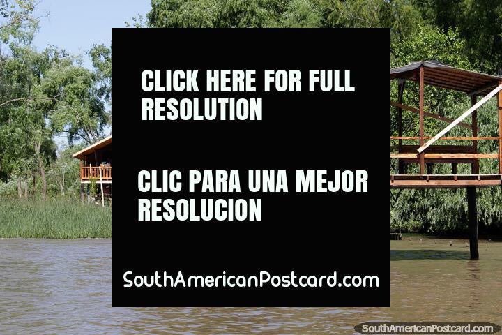 Casa de madeira com molhe privado nos bancos do rio em Tigre, Buenos Aires, que vida! (720x480px). Argentina, América do Sul.