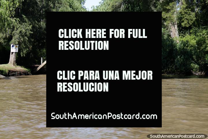 A mulher em um caiaque passa menos de uma ponte de pé ao rio no Tigre, Buenos Aires. (720x480px). Argentina, América do Sul.