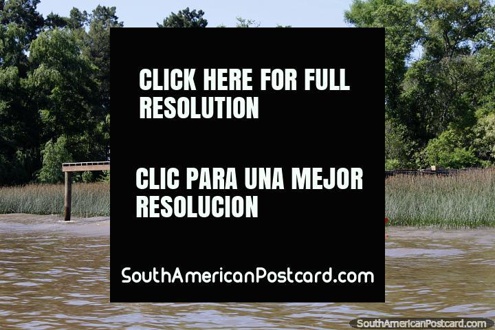 O par pf meninas em um caiaque duplo diverte-se no rio no Tigre, Buenos Aires. (720x480px). Argentina, América do Sul.