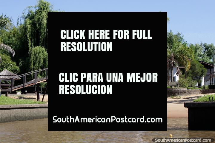 Casas privadas com uma praia, ponte e natureza atrás, junto do rio em Tigre, Buenos Aires. (720x480px). Argentina, América do Sul.