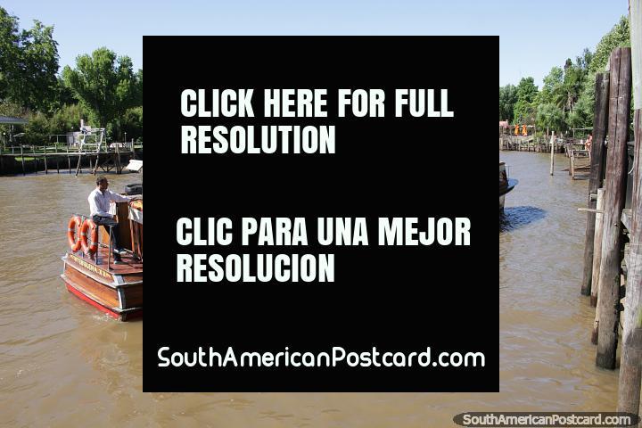 Os barcos de passageiros cruzam pelo delta no Tigre e param para apanhar e baixar pessoas, Buenos Aires. (720x480px). Argentina, América do Sul.