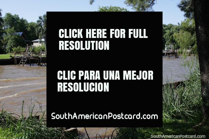 Propriedades de orla atordoantes com grandes gramados ervosos em Tigre, Buenos Aires. (720x480px). Argentina, América do Sul.