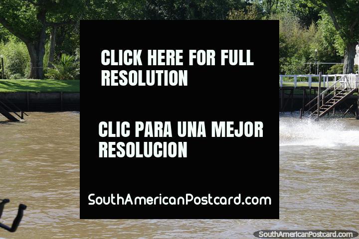 Jato que esquia ao longo dos rios do delta em Tigre, Buenos Aires do norte. (720x480px). Argentina, América do Sul.
