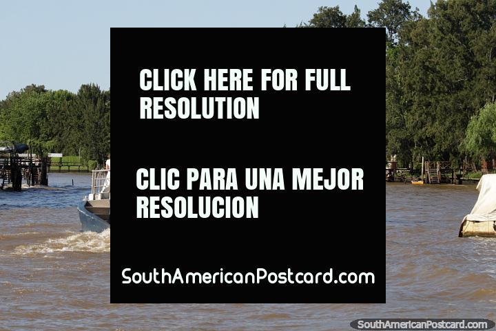 O grande barco de viagem toma pessoas em uma viagem em volta do delta no Tigre, Buenos Aires. (720x480px). Argentina, América do Sul.