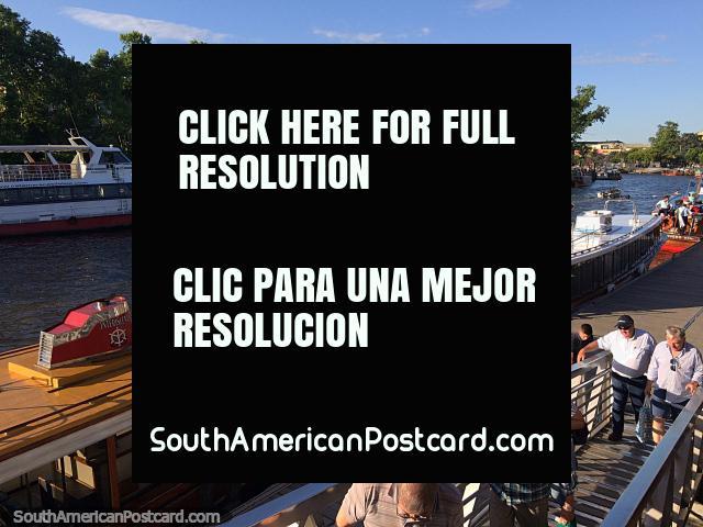 Os barcos de passageiros devolvem pessoas a cidade no fim do dia no Tigre, Buenos Aires. (640x480px). Argentina, América do Sul.