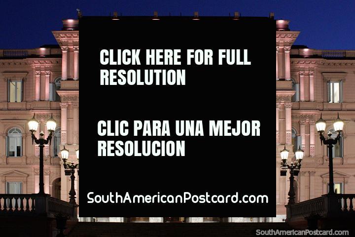 Casa Rosada a noite, mansão e cargo de presidente da Argentina em Buenos Aires. (720x480px). Argentina, América do Sul.