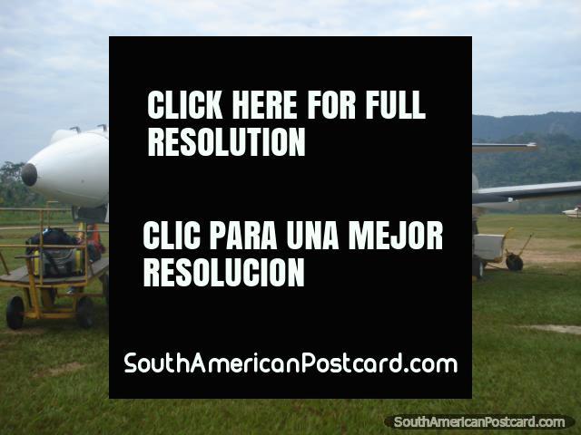 La llegada a Rurrenabaque de La Paz con Líneas aéreas Amaszonas en una pista de aterrizaje de la hierba. (640x480px). Bolivia, Sudamerica.