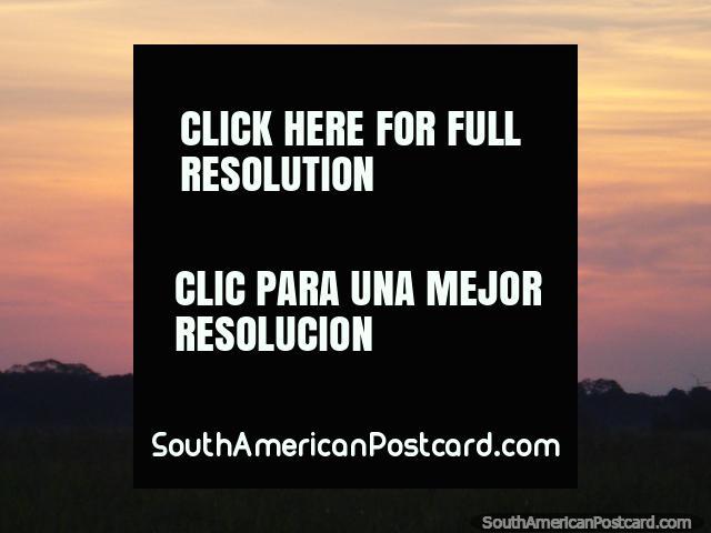 Puesta del sol naranja, amarilla sobre los pantanos de pampa en Rurrenabaque. (640x480px). Bolivia, Sudamerica.
