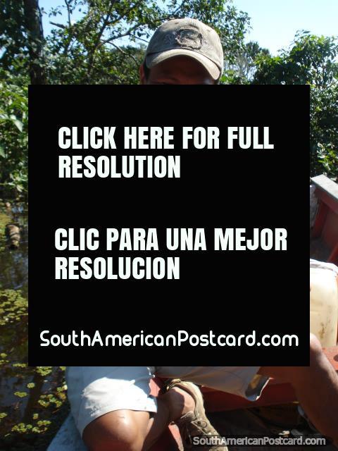 Nuestro guía Luis y una piraña nuevamente agarrada en la pampa. (480x640px). Bolivia, Sudamerica.