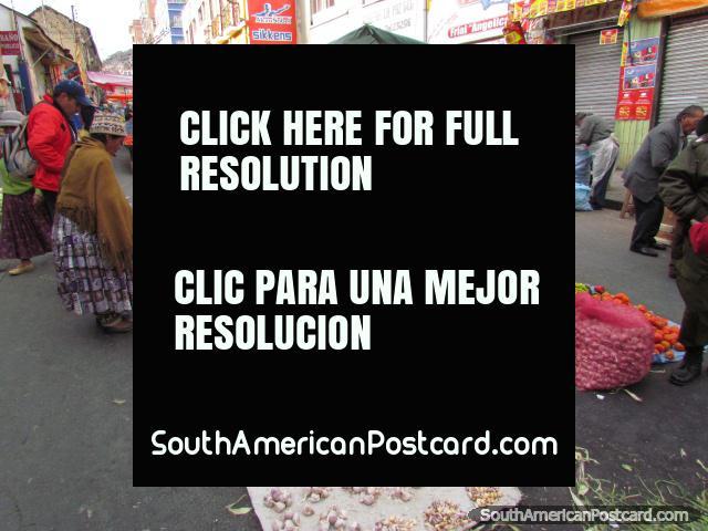 Cebollas y ajo y otras verduras en los mercados de La Paz. (640x480px). Bolivia, Sudamerica.