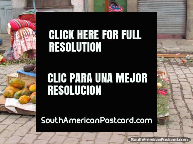 Mercado al aire libre en La Paz, manzanas, peras y melones. (640x480px). Bolivia, Sudamerica.