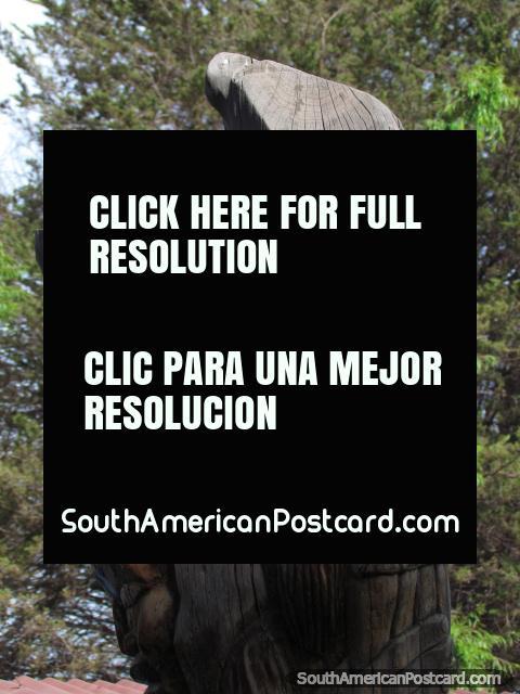 Tallas en madera de un tronco del árbol en Oruro. (480x640px). Bolivia, Sudamerica.