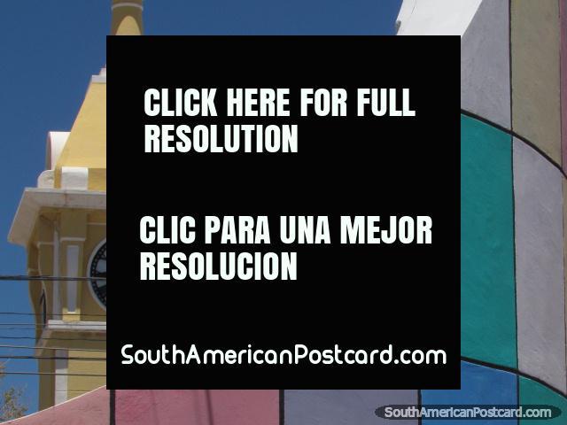 Pared coloreada y campanario en Uyuni. (640x480px). Bolivia, Sudamerica.