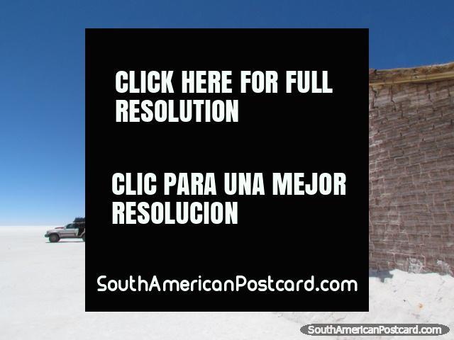 O hotel de sal e um jipe no Salar de Uyuni. (640x480px). Bolívia, América do Sul.