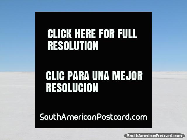 4 jipes encabeçam fora através dos apartamentos de sal de Uyuni. (640x480px). Bolívia, América do Sul.