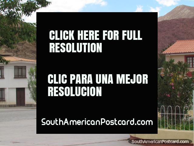 Calles, casas y colinas rocosas en Plaza Civica en Tupiza. (640x480px). Bolivia, Sudamerica.
