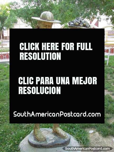Monumento da mulher indígena com fruteira em um parque de Villazon. (480x640px). Bolívia, América do Sul.