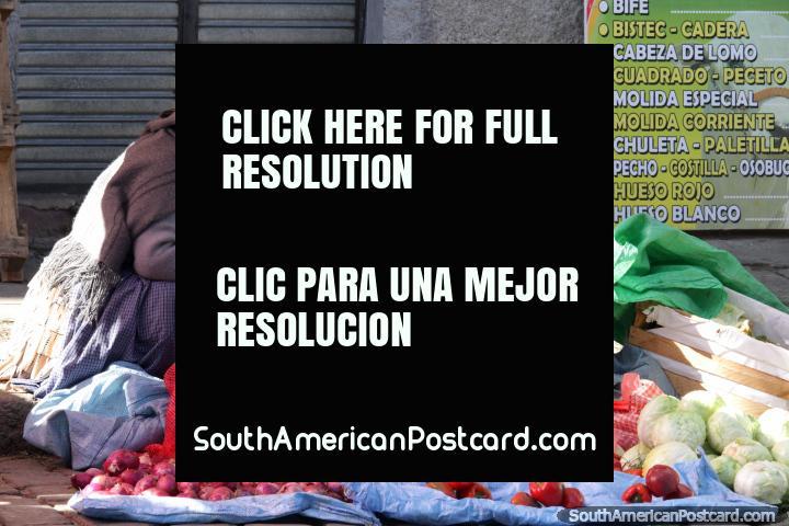 Umas bolsas de mulher algum pimentão vermelho e também têm cebolas e repolhos para vender, Mercado Rodriguez em La Paz. (720x480px). Bolívia, América do Sul.
