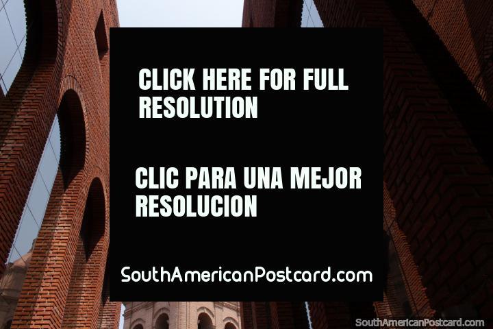Torre de la catedral, ver a través de una fachada de ladrillo con ventanas de espejo en Santa Cruz. (720x480px). Bolivia, Sudamerica.