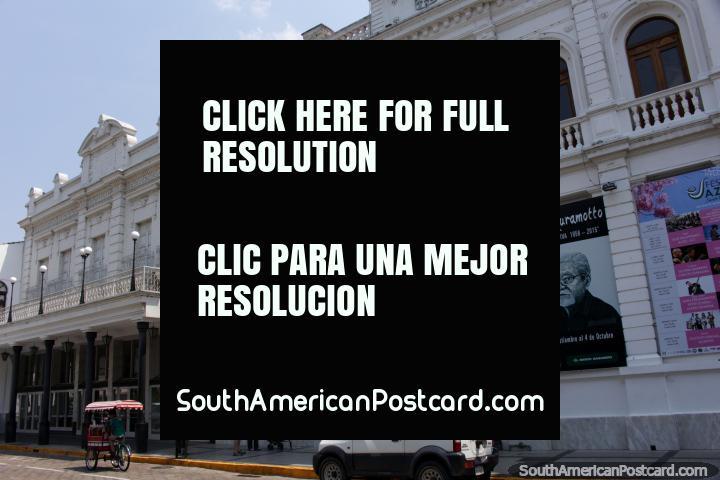 La casa de la cultura y el teatro al lado de la Plaza Principal en Santa Cruz. (720x480px). Bolivia, Sudamerica.