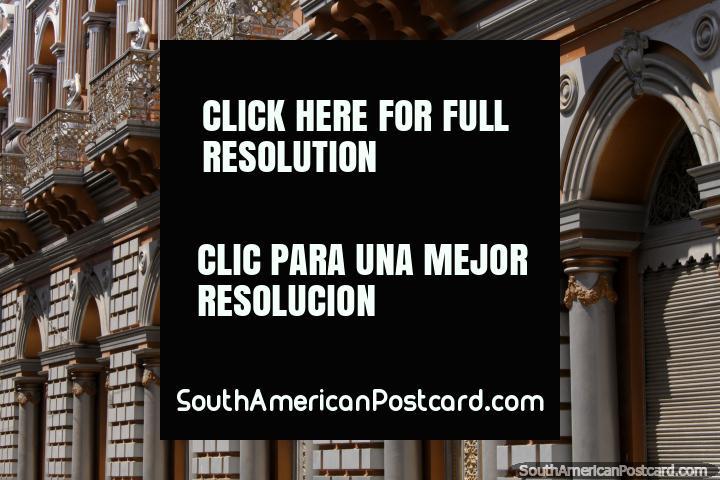 Puertas con arcos y balcones de la Casa de la Cultura en Tarija. (720x480px). Bolivia, Sudamerica.