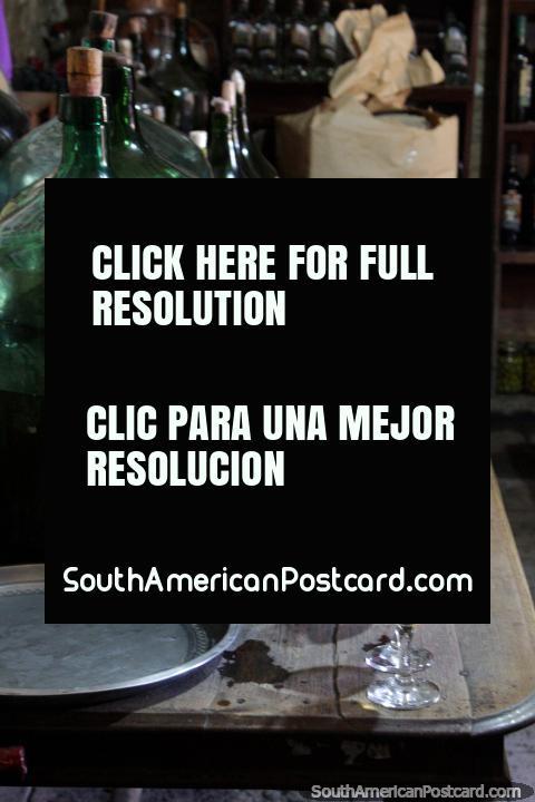 Tiempo para degustar 11 variedades de vino en La Casa Vieja, cerca de Tarija. (480x720px). Bolivia, Sudamerica.