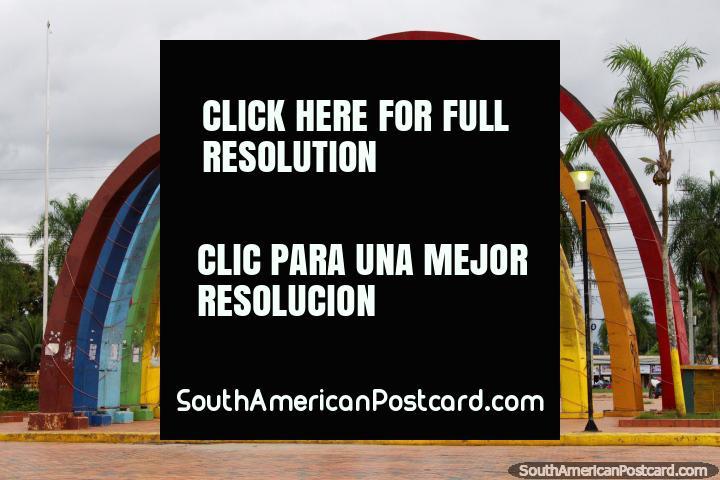 Arcadas coloridas no Parque Pinata em Cobija, um parque recreativo. (720x480px). Bolívia, América do Sul.