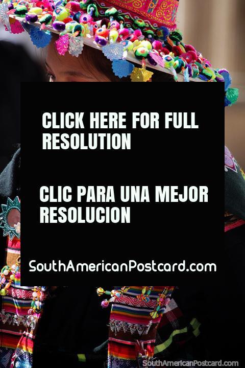 Chapéu tradicional e roupa usada por uma mulher de um evento especial em Potosi. (480x720px). Bolívia, América do Sul.
