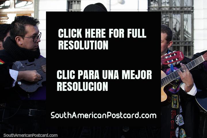 Los 3 mosqueteros intercambian sus caballos por guitarras y comienzan a tocar en un evento en Potosí. (720x480px). Bolivia, Sudamerica.