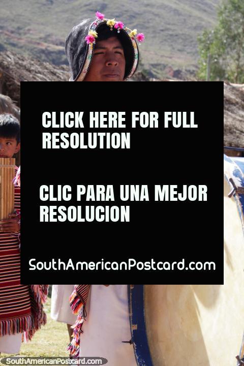 Golpee el tambor, los lugareños indígenas de Puka-Puka nos dan la bienvenida a su hogar. (480x720px). Bolivia, Sudamerica.