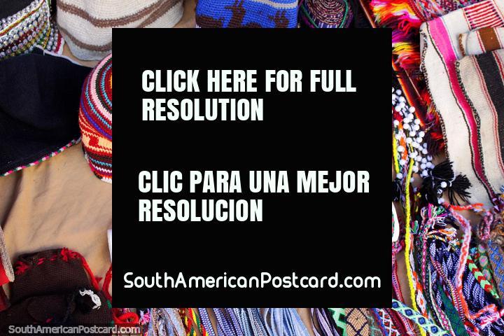 Chapéus quentes para durar e pulseiras da venda na aldeia indïgena em Puka-Puka. (720x480px). Bolívia, América do Sul.