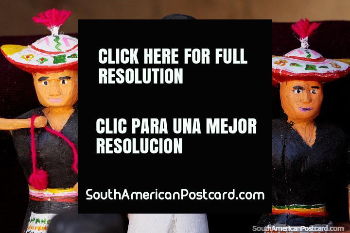 3 figuras de madera representando la cultura en Puka-Puka, sombreros tradicionales y ropa. (720x480px). Bolivia, Sudamerica.