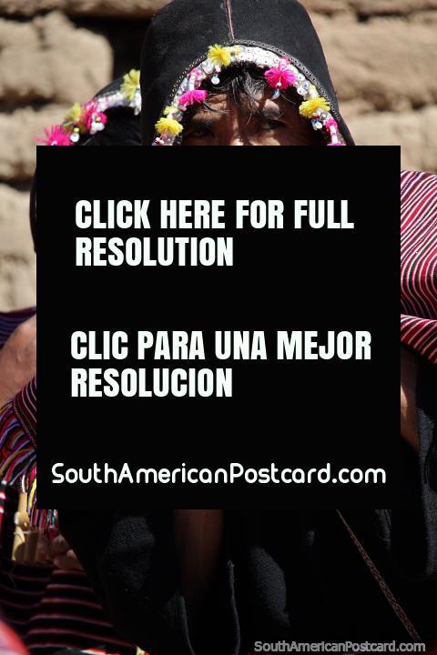 Uma celebração de música no fim da visita a comunidade local de Puka-Puka. (480x720px). Bolívia, América do Sul.