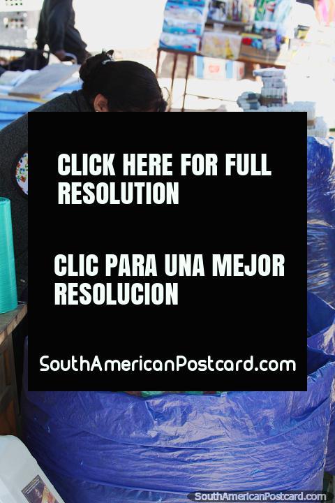 A coca parte para a venda de sacos de Big Blue no mercado de Tarabuco. (480x720px). Bolívia, América do Sul.