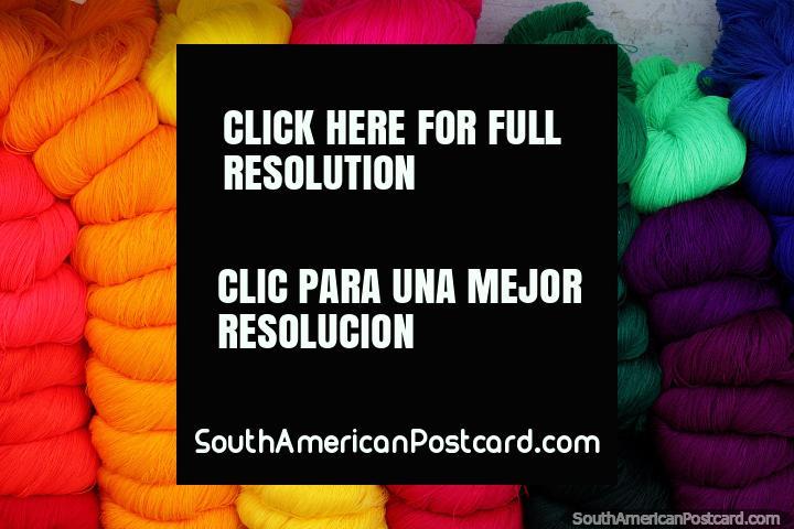 Lana en una gama de colores, brillantes y oscuros, a la venta en el mercado de Tarabuco. (720x480px). Bolivia, Sudamerica.