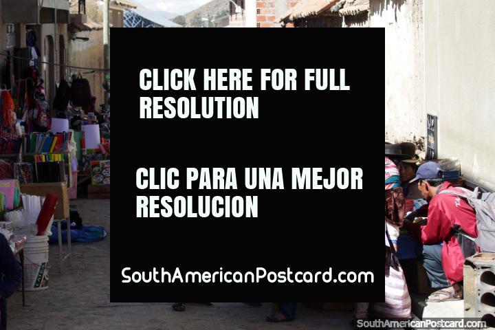 Calle en Tarabuco con varios productos en venta el día del mercado (Domingo). (720x480px). Bolivia, Sudamerica.