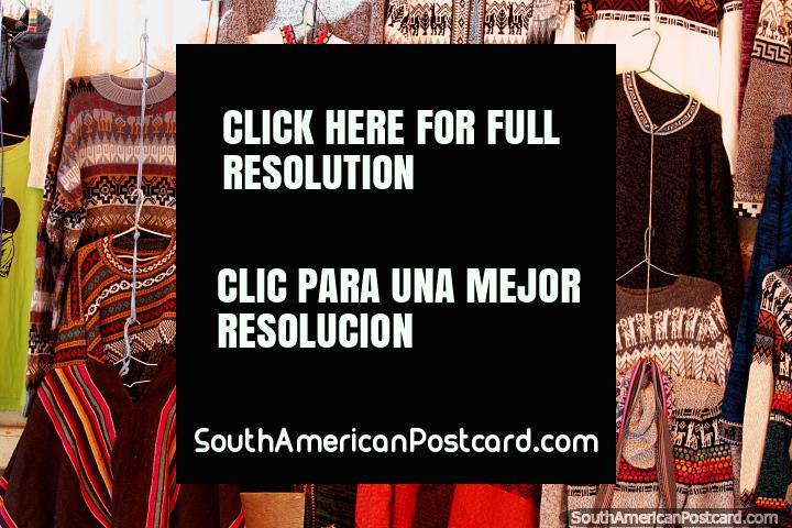Gama de camisetas de punto de lana para la venta en la calle en Tarabuco. (720x480px). Bolivia, Sudamerica.