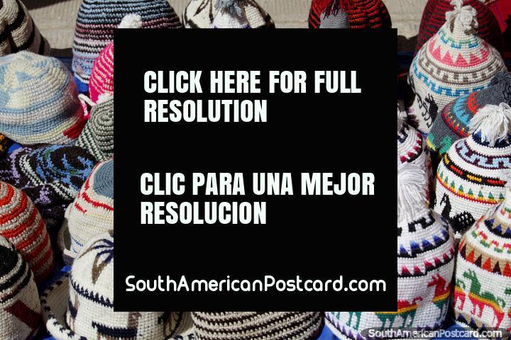 Una gama de sombreros de lana cálidos para la venta en el famoso mercado de Tarabuco. (720x480px). Bolivia, Sudamerica.