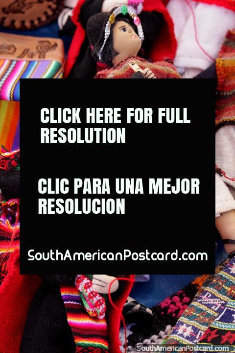 Pequeñas muñecas hechas de telas que representan la cultura indígena en el mercado de Tarabuco. (480x720px). Bolivia, Sudamerica.