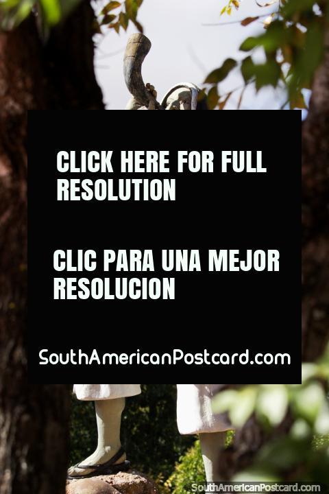 El hombre indígena sopla un cuerno de vacas Ildefonso Carrillo, Caudillo de Jumbate, monumento de un hombre indígena en la plaza de Tarabuco. (480x720px). Bolivia, Sudamerica.