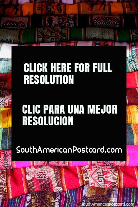 Una gama de chales de colores para transportar mercancías o llevar a su bebé al mercado de Tarabuco. (480x720px). Bolivia, Sudamerica.