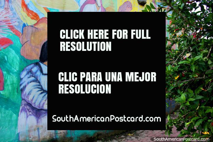 La gente en trajes y máscaras, una obra de arte callejero en Trinidad. (720x480px). Bolivia, Sudamerica.