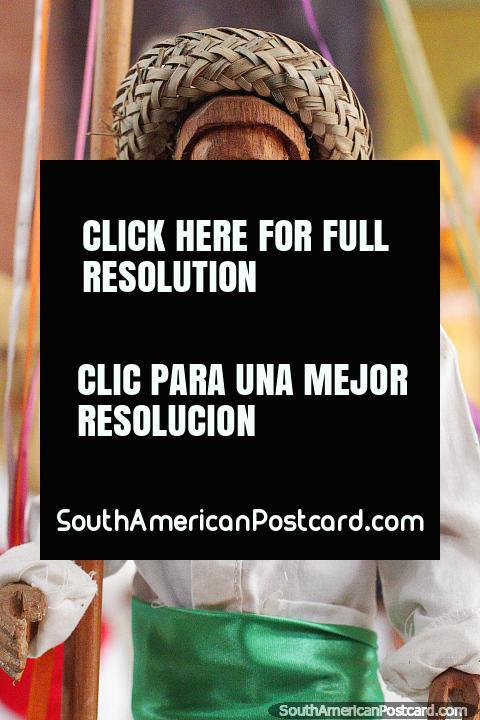 Bailarín llamado El Sarao, figura en traje tradicional de blanco y verde, Museo Etnoarqueológico Kenneth Lee, Trinidad. (480x720px). Bolivia, Sudamerica.